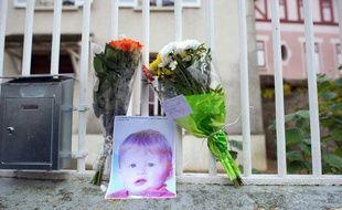 Une photo de Bastien et des fleurs déposées devant le domicile de ses parents, à Germigny-l'Evêque (Seine-et-Marne) le 28 novembre 2011.