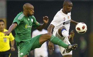 Le défenseur français du Panathinaïkos, Cédric Kanté (à g.) lors d'un match de Ligue des champions contre l'Inter Milan.