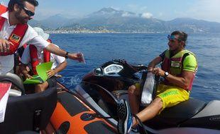 Les agents contrôlent les papiers des jet-skis au large de Monaco.