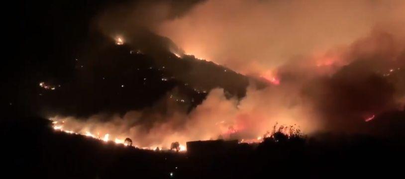 Les flammes parcourent la Corse dans la nuit de samedi 23 à dimanche 24 février.