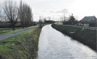 Le canal de Mardyck est resté étrangement bas pendant tout le week-end.