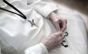 Une religieuse avec son rosaire. (Illustration)