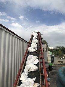Les sacs de couches lors du processus de tri.