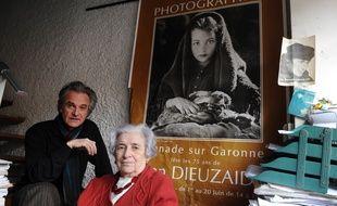 Jacqueline Dieuzaide, la femme du photographe toulousain, et son fils, Michel, ont signe un contrat de cession du fonds Dieuzaide avec la mairie de Toulouse.