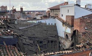 Le toit effondré du numéro 4 de la rue Cujas, à Toulouse.