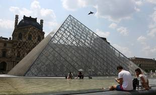 Devant la pyramide du Louvre, en juin 2017.