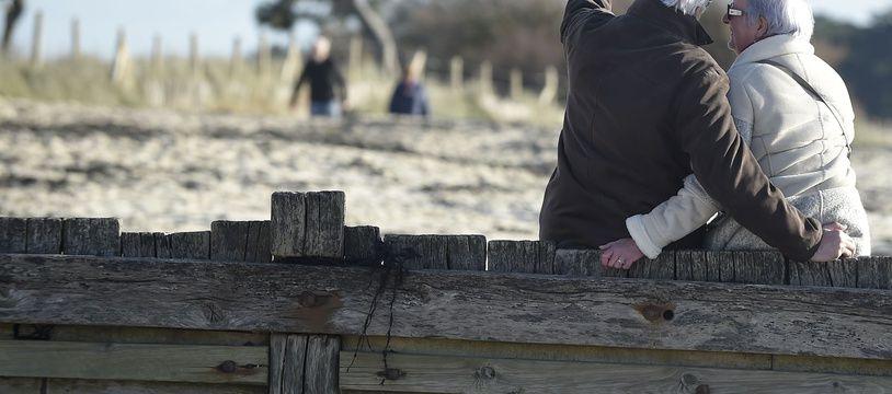 Des retraités se prennent en photo sur la plage de Les Moutiers-En-Retz, en Loire-Atlantique.