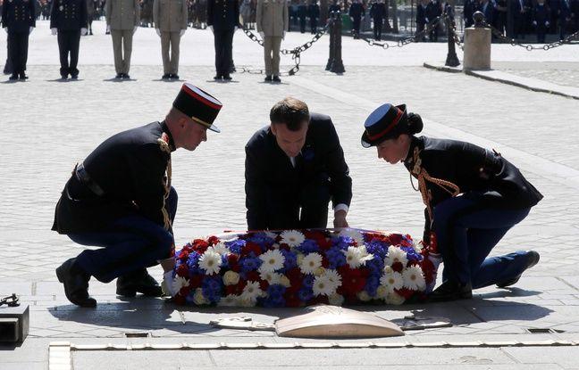 Emmanuel Macron lays a déposé une gerbe sur la tombe du soldat inconnu mardi 8 mai 2018.