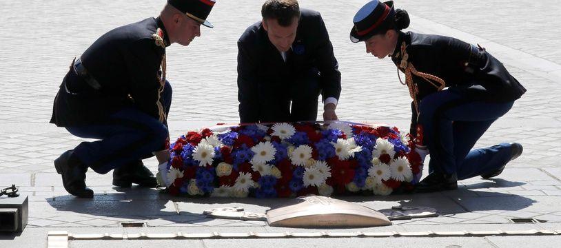 Emmanuel Macron a déposé une gerbe sur la tombe du soldat inconnu mardi 8 mai 2018.