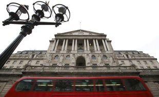 La réaction des marchés à la dégradation de la note du Royaume-Uni par Moody's restait globalement modérée lundi, la Bourse ignorant la perte du triple A par le pays, mais la livre sterling se retrouvait toutefois toujours sous pression.