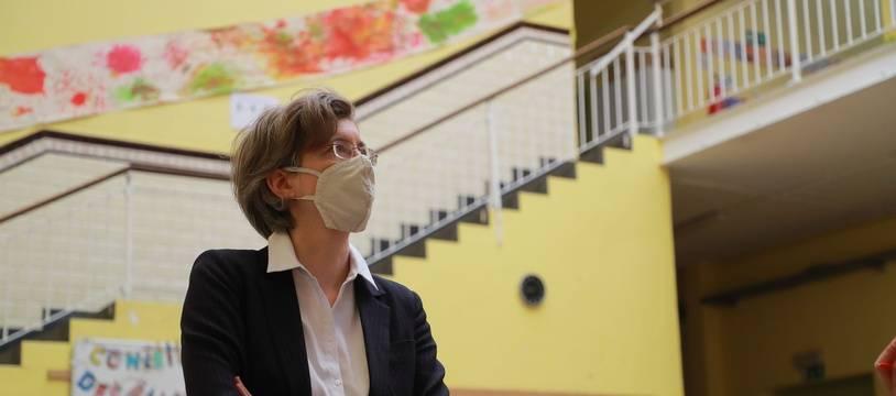 La maire Catherine Moureaux visite une école du quartier de Molenbeek, à Bruxelles, au printemps 2020.