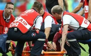 L'attaquant vedette du Portugal Cristiano Ronaldo, blessé au genou gauche en finale de l'Euro face à la France, est évacué de la pelouse du Stade de France sur une civière, le 10 juillet 2016