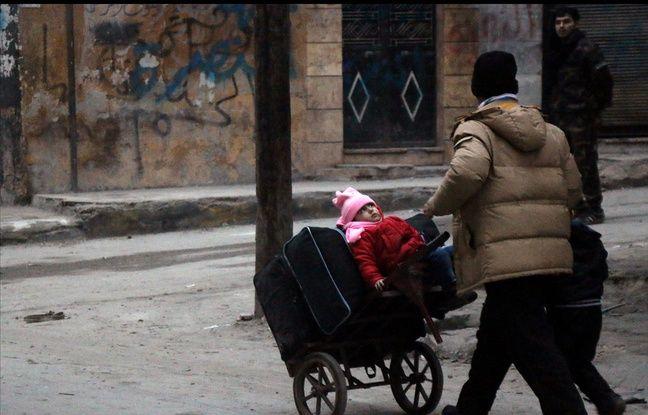 Des civils tentent de voir Alep-Est le 12 décembre 2016.