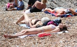 Illustration de jeunes femmes en train de se faire bronzer au soleil.