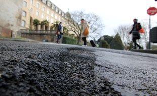 Illustration d'une route abîmée, ici à Rennes.