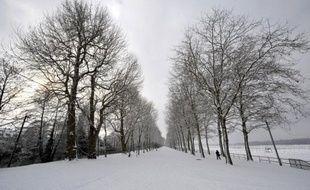 """Trente-six départements ont été placés lundi en vigilance orange pour faire face au """"premier épisode neigeux notable de l'hiver"""", qui a commencé à toucher en matinée l'ouest de la France, avec des chutes de neige pouvant aller jusqu'à quinze centimètre dans certains endroits"""