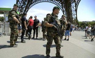 Des militaires patrouillent aux alentours de la Tour Eiffel dans le cadre du plan Vigipirate le 26 juin 2015 à Paris