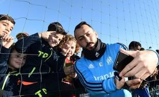 Des enfants, un grand attaquant, un grand selfie.