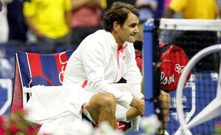 Roger Federer déçu après sa défaite en finale de l'US Open contre Novak Djokovic, le 13 septembre 2015.