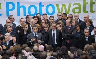 Le président de la République Nicolas Sarkozy au milieu des salariés de l'entreprise Photowatt à Bourgoin-Jallieu, en Isère, le 14 février 2012.