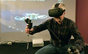 Frédéric Vacher, directeur de la stratégie d'innovation de Dassault Systèmes, essaie une technologie de réalité virtuelle à Laval, dans le nord-ouest de la France, le 23 mars 2016