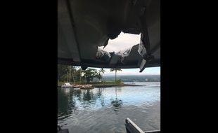 La lave du Kilauea a traversé le toit du bateau à Hawaï, le 16 juillet 2018.