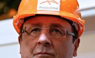 (FILES) -- This file photo taken on September 26, 2013 in Florange, eastern France, shows French President Francois Hollande (L) visiting the ArcelorMittal steel factory.  Hollande is to visit again the Florange plant site on November 24, 2014, which fate has become a litmus test of Hollande's strategy for fighting rising unemployment and raising the flagging competitiveness of French industry. AFP PHOTO / PATRICK HERTZOG