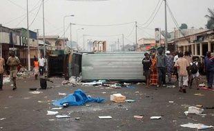 Une camionnette retournée sert de barricade dans une rue de Port-Gentil (Gabon), samedi 5 septembre 2009, trois jours après l'officialisation de l'élection d'Ali Bongo à la présidence.