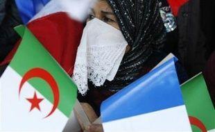 La deuxième journée de la visite en Algérie du président français Nicolas Sarkozy doit être consacrée à la signature d'importants contrats d'un montant de 5 milliards USD, après une entrée en matière politique lundi marquée par sa ferme condamnation du système colonial.