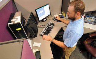 Illustration d'un homme travaillant en station debout à son bureau.