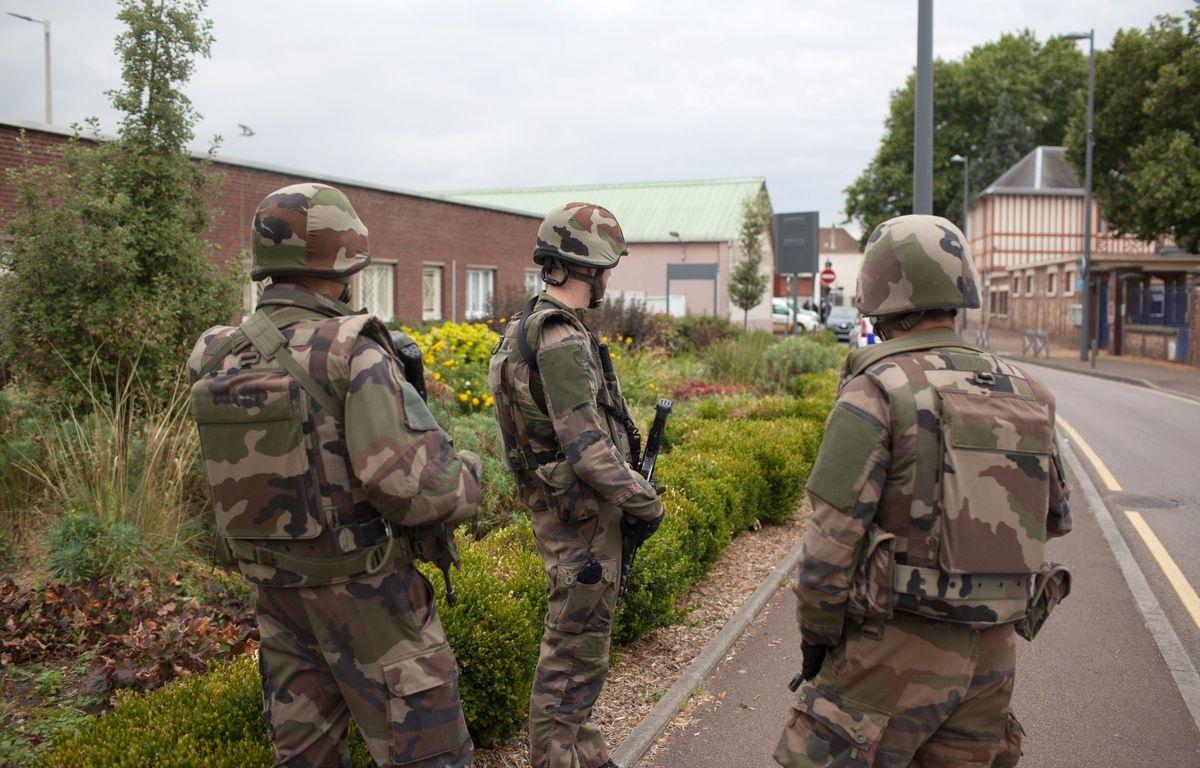 Des militaires déployés à Saint-Etienne-du-Rouvray le 26 juillet 2016 après l'attentat dans une église. – JULIEN PAQUIN/SIPA