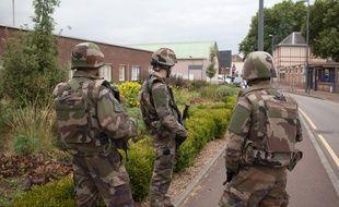 Des militaires déployés à Saint-Etienne-du-Rouvray le 26 juillet 2016 après l'attentat dans une église.