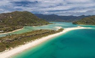 Grâce  une campagne de financement participatif qui a recueilli 40.000 dons, la plage d'Awaroa a pu être rachetée à un particulier pour être restituée à la Nouvelle-Zélande.