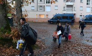 Des migrants évacués du squat qu'ils occupaient à Pacé (Ille-et-Vilaine), le 27 novembre 2012