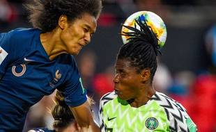 Wendie Renard au duel avec une joueuse du Nigeria