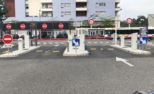 Les barrières baissées du parking relais du terminus de la ligne B à Ramonville.