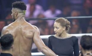 Estelle Yoka Mossely, le 2 juin 2017, félicite son champion de mari pour sa 1ère victoire en boxe professionnelle, alors qu'elle attend leur premier enfant.