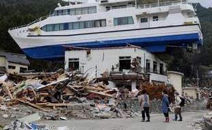 Le bateau hissé sur un bâtiment de deux étages par le tsunami a disparu et la plupart des débris qui jonchaient le port de pêche d'Otsuchi ont été déblayés, mais une question se pose un an après: faut-il reconstruire une ville à l'avenir aussi incertain ?