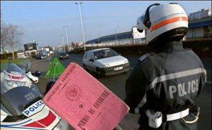 Les gendarmes du Jura ont découvert lors d'un contrôle de routine à Tavaux (Jura) qu'un automobiliste de 58 ans roulait sans permis depuis plus de 30 ans, ont-ils indiqué samedi.