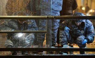 La police russe inspecte un bus après une explosion, le 7 décembre 2015 rue Pokrovka à Moscou