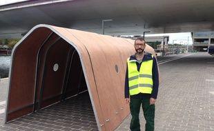 Laurent Tixador réalise sa maison mobile.