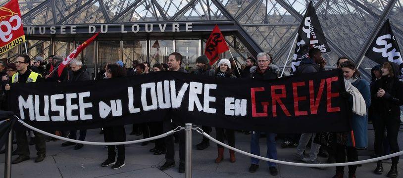 Manifestants contre la réforme des retraites devant le musée du Louvre, à PAris, le 17 janvier 2020