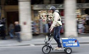 Un tricycle fonctionnant grâce à une pile à hydrogène a parcouru 365 kms en environ 18 heures, à Paris, de mercredi à jeudi, soit un record de distance et d'autonomie en conditions de circulation normale pour un véhicule de ce type, selon les organisateurs du défi.