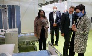 """Le maire de Berlin, Michael Mueller inspecte une salle avec le sénateur de la santé de Berlin, Dilek Kalayci, et le Dr Andrea Grebe, présidente du conseil d'administration de Vivantes, lors d'une visite de l'hôpital de fortune  """"Corona treatment center Jaffestrasse"""", à Berlin, le 23 avril 2020. (Photo d'illustration)"""