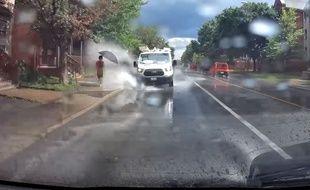 Le chauffeur d'une camionnette a été filmé en train de rouler dans les flaques pour arroser les passants, à Ottawa.