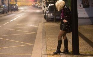 Illustration d'une prostituee en ville la nuit attendant un client.