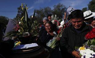 Des Boliviens pleurent la disparition de leurs proches.