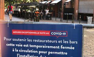 Pour soutenir les restaurateurs et cafetiers touchés par la crise du coronavirus, en juin, la mairie de Toulouse a fait fermer certaines rues pour étendre les terrasses.