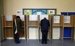 """Les Irlandais se prononçaient vendredi par référendum sur la suppression du Seanad Éireann, la chambre haute du Parlement, un projet défendu avec de bonnes chances de succès par le gouvernement dans un double souci de """"réforme démocratique"""" et d'économie en temps d'austérité."""