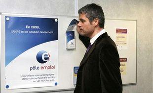 Laurent Wauquiez, secrétaire d'Etat à l'Emploi, visite un pôle pour l'emploi à Lyon le 15 janvier 2009.